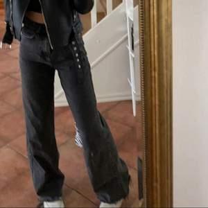 Säljer nu mina fina populära Idun jeans från Gina i storlek 34/XS. Säljer pågrund av att dom inte längre kommer till användning. Köpta för 600 kr