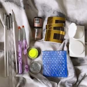 säljer lite gelenaglar saker. du får med : 7 penslar, skimmer-nagellack , neongult pigment, 2 glitter, nagelklistemärken, 3 mallar, och en burk där du kan ha gele eller glitter i! i nagellacket är det ca halva kvar och penslarna är lite använda!