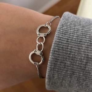 Super coola armband med handbojor med lite smalare kedja! 80 kr (frakten är inkluderad i priset) hör av er vid intresse eller funderingar!💓✨⚡️💀