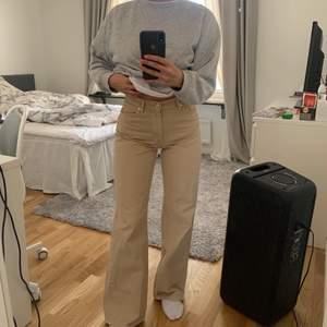 Beige jeans i toppenskick! De är raka och baggy i modellen! Passar mig som brukar ha S/XS💖💖💖 MEDELHÖG MIDJA ( slutar precis strax under naveln)