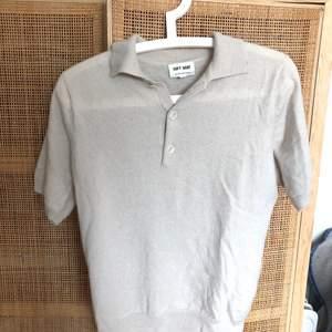 Beige piké/tröja från Soft Goat, 100% kashmir. Skicket är utan anmärkning, lite skrynklig på bilden. Nypris 1700 kr.