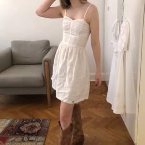 Värdens sötast Superdry klänning! Perfekt för skolavslutning, studenten eller varför inte för en varm sommar dag! Super söt surfer klänning med fickor! Kan mötas upp vid st: Erik, eller skicka! Köparen står för frakten<3🐚
