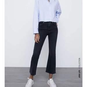 Säljer åt min kompis! Ett par jättefina flare jeans från zara i storlek 36💕 perfekt längd för min kompis som är 165. Väldigt bra skick. Buda! Börjar på 100kr.