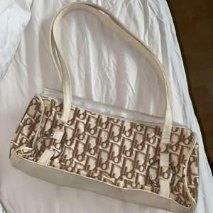 Dragkedja är trasig, men går att laga. Vintage väska