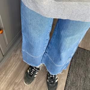 Jeansbyxor med slits från Weekday. Modellen heter Slack Marble Blue jeans och är lite stretchiga. Använd endast en gång så i supergott skick. Strlk 27/30 FRAKT ÄR INKLUDERAT I PRISET⚡️⚡️ (college-tröjan går också att köpa)