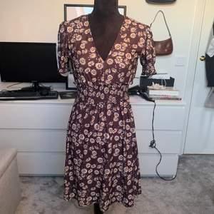 Säljer denna söta somriga klänning. Sjukt skönt material och fin passform. Denna klänning var min absoluta favorit förra sommaren. Nu hoppas jag att denna klänning blir någon annans favorit denna sommar🤩