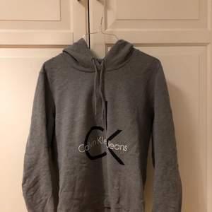 """Säljer denna supermysiga och fina gråa """"hoodien"""" från Calvin Klein. Sparsamt använd & orginalpriset ligger på 1 000kr ✨"""