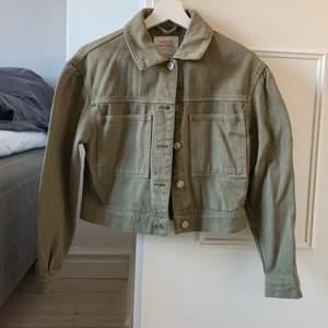 Militärgrön jeansjacka i croppad modell, använd fåtal gånger, frakt ingår ej