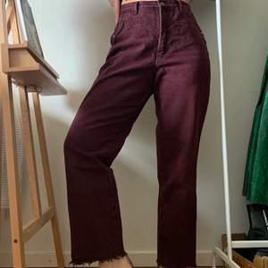 Lila slappa jeans som sitter bra ordentligt i midjan för mig som brukar ha 27, skulle tro de passar både 26-28! Kan skicka mått om det önskas. Inte fållade längst ner som syns på första bilden, kan enkelt göras för den som gillar det🐙