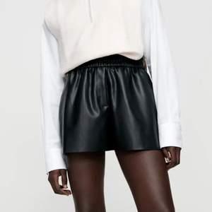 SÖKER denna shorts i läder från zara hör gärna av er om jag får köpa direkt💖