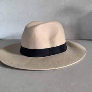 Beige hatt med svart band🤎🖤