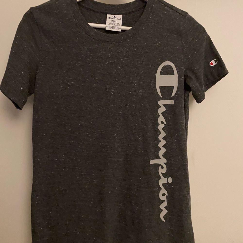 """T-Shirt i typ """"tränings"""" material. Aldrig använd, endast testad i butik. Den är figursydd . Huvtröjor & Träningströjor."""