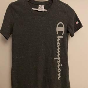 """T-Shirt i typ """"tränings"""" material. Aldrig använd, endast testad i butik. Den är figursydd"""