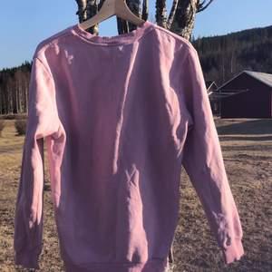 Jag säljer nu denna rosa tröja för att den är för stor för mig! Använt den ett fåtal gånger✨ Står på storlekslappen att den ska vara S men skulle snarare tippa mot M i matt fall! Jag är 160 cm lång och den går ingefär 15cm ner ifrån midjan!
