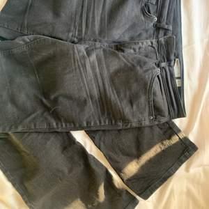 Svarta bootcut jeans i stretchigt material storlek W32 L30, skulle säga att de passar M-L och längd 165. Nypris 499