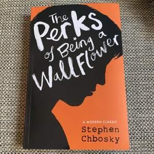 Skriven av Stephen Chbosky. Språk - engelska. Läst en gång, precis som ny. Jättebra bok, lättläst, lärorik och känslosam. Kan mötas upp i Karlstad eller fraktas!
