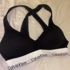 Calvin Klein BH i nyskick. Den är använd få gånger och är som ny. Passar dig som är storlek xs och a kupa, möjligtvis b kupa.🌼✨