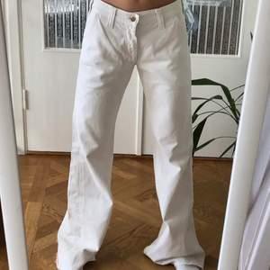Så snygga vita jeans från lee, köpta second hand men är i jättebra skick. Om du undrar över nått så e de bara att fråga💞 Är inte helt säker på att jag vill sälja💖 Står ingen storlek men skulle säga W26 L32
