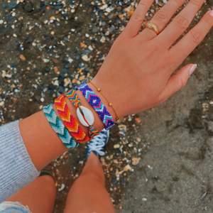 Egengjorda snygga summer bracelets. 35kr st (inkl frakt), den med snäckor kostar 40kr st (inkl frakt). Kontakta oss ifall ni vill köpa, man kan bestämma egna färger och mönster☀️🌺🐚💖