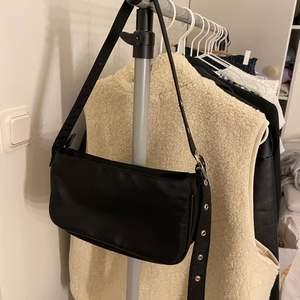 Superfin trendig väska från Gina tricot som aldrig är använd🤍🤍 köp direkt för 166 inklusive frakt🤍🤍 skriv vid frågor eller köp