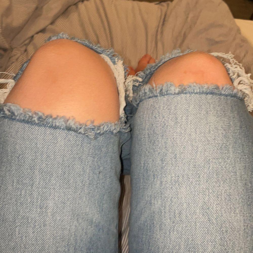 Sjukt snygga jeans med slitning på knäna, jag säljer nu dessa för dem är för stora för mig!!! Detta är storlek 38 och dem är normala i storleken skulle jag säga!!! Köpte dessa utomlands för ett tag sen!! Märket är STRADIVARIUS!. Jeans & Byxor.