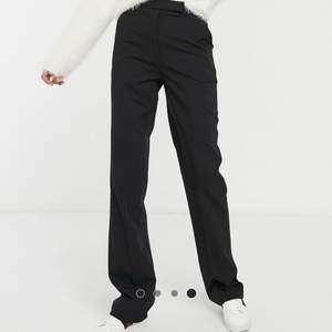 Snygga raka kostymbyxor från asos tall. Byxorna är endast använda en gång men känns som nya! Byxorna stängs med en dragkedja på sidan som överlappas med tyg som sedan fästes med en knapp. Jätte fina byxor som tyvärr blivit för små för mig därav säljer jag dom!