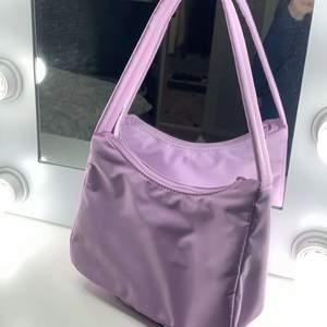 Lila jätte fin handväska! Den är helt oanvänd!