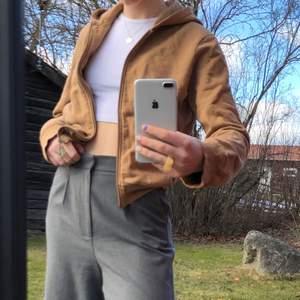 Brun zipup hoodie från Diesel. Bra skick förutom att trycket är pyttelite slitet. Storleken är L barn, men passar xs/s om man vill ha den som på bilden. Frakten är 66kr 🤎🤎