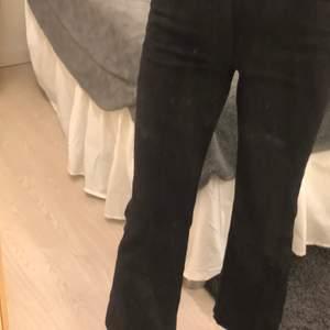Är 157cm och dem sitter jättebra, perfekt längd för mig, får en formad rumpa😝Kommer ifrån Carin Wester, även ner sydda några centimeter, skriv privat om ni vill ha fler bilder eller bara frågor🖤🖤 OBS speglen som är smutsig och inte byxorna!!!