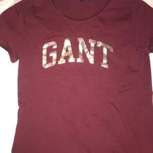 Vinröd tröja i storlek S, aldrig använd och är i bra skick originalpris ca 400-500