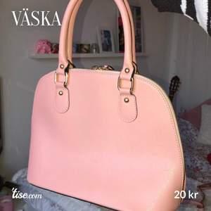 Rosa väska 💕 väskbandet går enkelt att ta av (se bild 2). Köpt i Italien för 2 år sedan men har inte använts mycket. Den har flera fack inuti. Ena handtaget på dragkedjan har lossnat, men går säkert att fixa om man vill (se bild 3)👍🏼