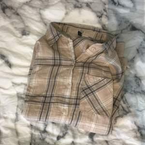 Denna beige rutiga skjorta i storlek XS köpt på h&m. Köpt för 150kr tror jag? Säljer för att den inte kommer till användning. 💕KÖPARE STÅR FÖR FRAKT💕