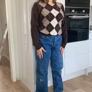 brun tröja i strl 170 sitter ungefär som en M. Kunden står för frakten säljs för 100kr