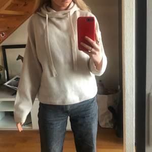 Säljer denna Cashmere hoodien som är köpt på hm för 999 kr den är använd endast 1 gång men det var bara i någon timme hemma så skulle säga den är så gott som ny💕den är super mysig och perfekt till våren passar med både kjol och tights men även skit najs till jeans! Storlek ca men skulle säga den passar mellan XS och M