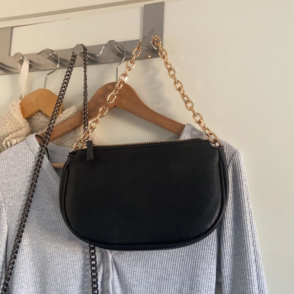 Superfin väska från Mango, använd fåtal gånger 💛 köparen står för frakt!. Väskor.