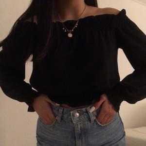 Jätte söt tröja från Gina tricot💕 går över axlarna och är väldigt fin. Frakt tillkommer💕 om det är flera intresserade blir det bud