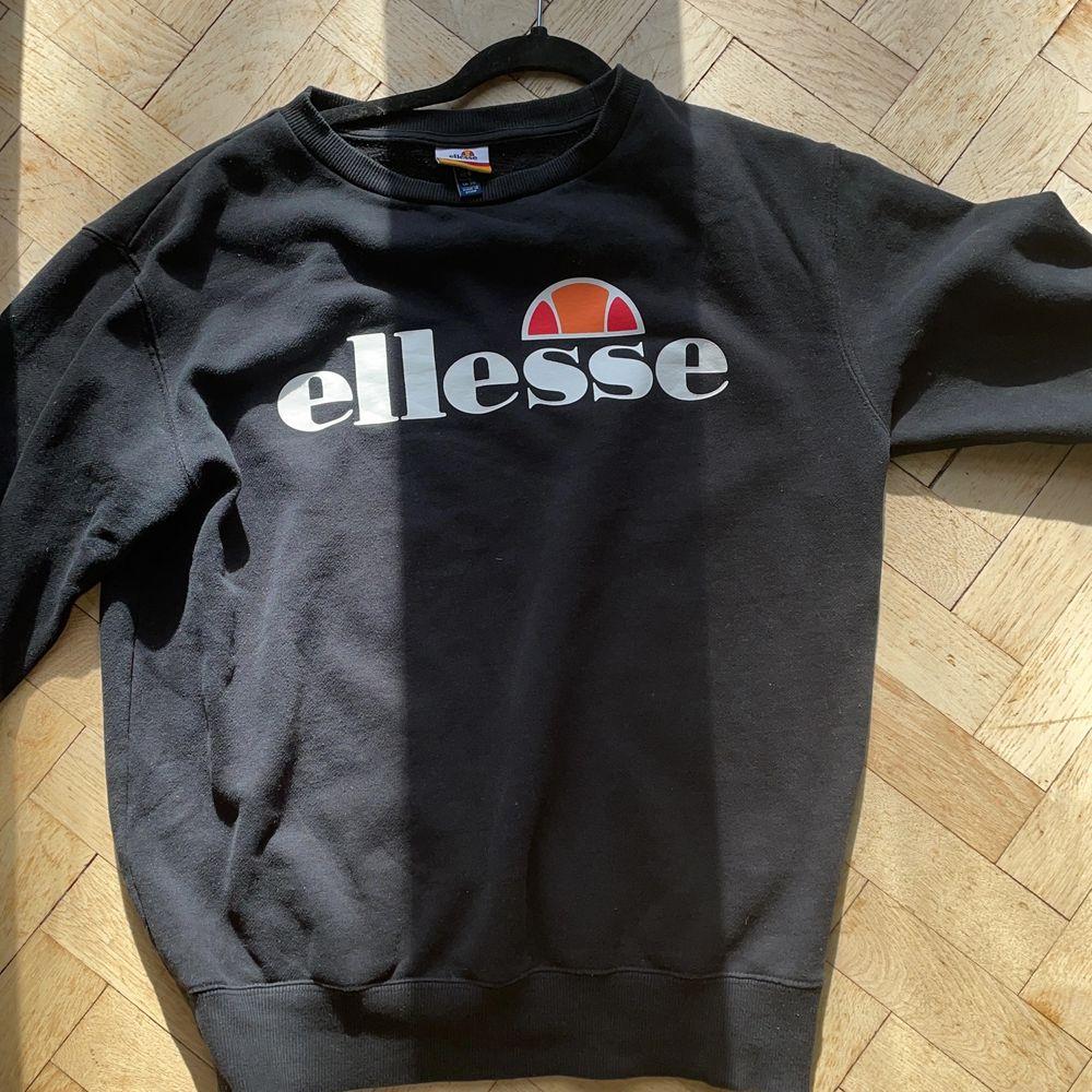 En svart sweatshirt från ellesse. Inte använd många gånger alls. . Huvtröjor & Träningströjor.