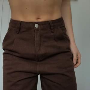 skitsnygga och trendiga bruna jeans 🤎 aldrig använda. så sköna och fin passform, dock lite långa på mig tyvärr... hade suttit fint på någon som är 165-170. 🦋 jag är en normal S, och dem sitter jätte bra i midjan + rumpan på mig, midjemått är cirka 70cm.
