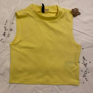 Superfin gul topp/ linne i storlek M passar även än S. Använt den fåtal gånger.