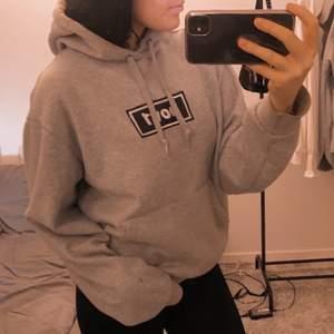 Säljer en hov1 hoodie i storlek M användt väldigt sparsamt. Säljer den för 250kr men pris kan diskuteras😇 köparen står för frakten!
