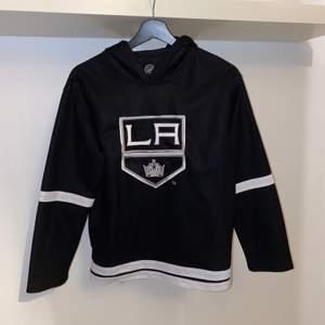 Säljer en vintage hockey hoodie med laget Los Angeles Kings. Använd ett fåtal gånger men jag har nu blivit för stor för den. Priset är förhandlingsbart och köparen står för eventuell frakt.