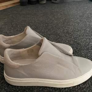 Säljer mina gråa Axel Arigato skor då dom inte kommer till användning längre, fint skick i princip som nya! Hör av dig om du är intresserad och vill ha fler bilder. De är i stl 38