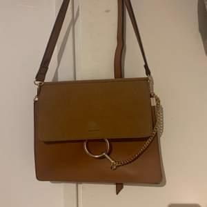 Brun jätte fin och knappt använd väska från märket CHLOE dock inte äkta!
