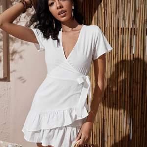 Vit klänning har 2 stycken jag säljer!!🔮 (råkade beställa hem 2) För att vart beställd från SHEIN tycker jag inte den är så genomskinlig, men ja den är lite genomskinlig. Satt jättefint på mig men kommer inte komma till användning. Klänningen är i S, tycker den sitter som en S.