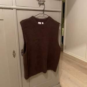 Brun fluffig väst i strl 34. Superfin över skjorta eller tshirt. Oanvänd. Frakt tillkommer (60kr)
