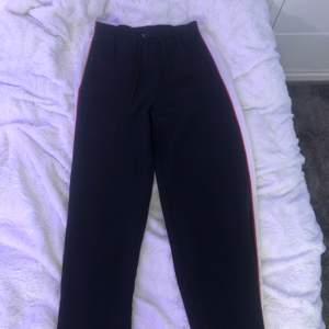Säljer nu dessa kostymbyxor från Nelly. Märket är Calvin Klein. Har kommit till användning 1 gång. Väldigt fina och bekväma. Köptes för ungefär 800 kr. Säljer för 150kr då jag vill bli av med de.