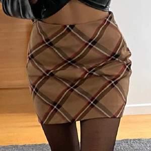 Jättecool vintage rutig kjol! Jätteskön men kommer inte längre till användning. Köparen står för frakt elr så möts vi i Sthlm!💕💕