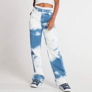 Säljer dessa ascoola jeans från jaded london i modellen Cloud Print. De är i storlek W26 och sitter som midrise. Använda endast 1 gång så i toppen skick! Nypris: 850kr och helt slut på hemsidan. Fraktar endast☁️☁️☁️