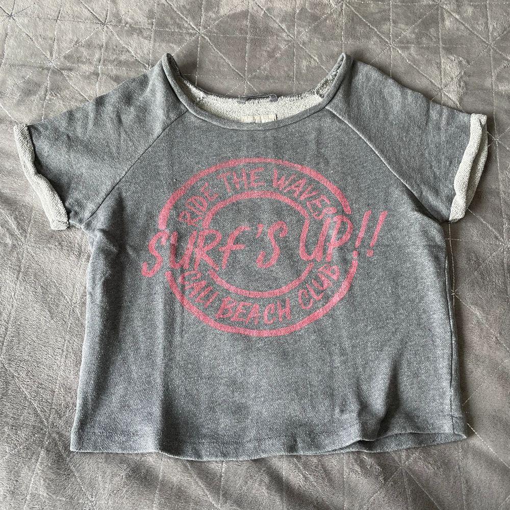 Tuff T-shirt i lite tjockare material. Är storlek XS men sitter mer som en S. . T-shirts.