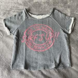 Tuff T-shirt i lite tjockare material. Är storlek XS men sitter mer som en S.